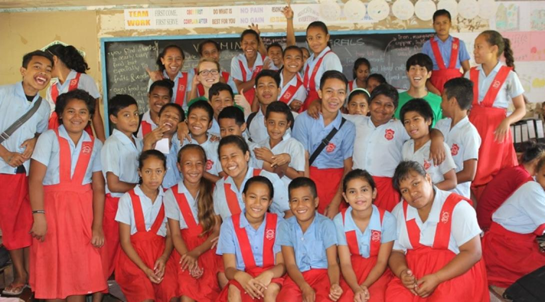 世界の発展途上国の教室で教育活動に励む日本人ボランティア